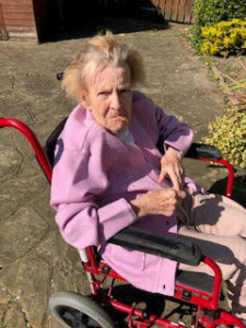 care home Chesterfield Lydia in garden